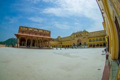 Un certain touriste visitant le beau vieux palais, en Amber Fort, située à Amer, le Ràjasthàn, Inde Amer est une ville avec Photo stock