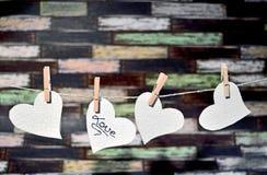 Un certo cuore fatto a mano con fondo di legno immagini stock