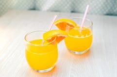 Un certo succo d'arancia con paglia in vetro per la prima colazione Fotografia Stock Libera da Diritti
