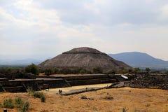 Un certo turista sulle piramidi di Teotihuacan, Messico Fotografia Stock Libera da Diritti