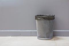 Un cestino vuoto del metallo (recipiente) isolato Immagini Stock Libere da Diritti