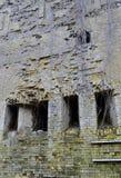 Un château ruiné : mur avec des embrasures Photos stock