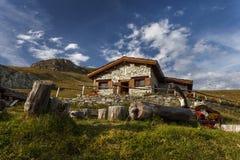 Un chalet de la montaña con la fuente en frente, en el Vanoise Nationa Foto de archivo libre de regalías