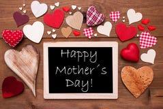 Un Chalkbord, beaucoup de coeurs rouges, jour de mères heureux Photographie stock libre de droits
