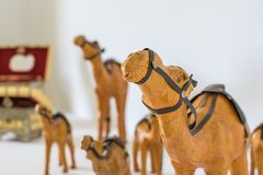 Un chameau d'argile, orange peinte Placé à un arrière-plan blanc photographie stock libre de droits