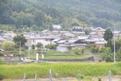 Un champ vert luxuriant à la station de Kameoka Image stock