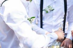 Un champagne di versamento dell'uomo nella festa nuziale fotografia stock libera da diritti