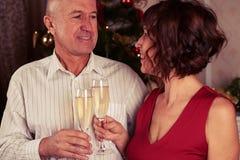 Un champagne potable de sourire mignon de couples Photo libre de droits