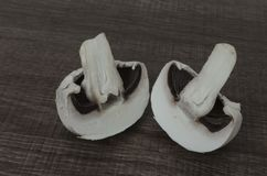 Un champignon coupé dans la moitié Images stock