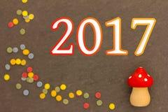 Un champignon de mouche avec des confettis pendant la nouvelle année 2017 Photos stock