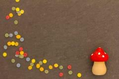 Un champignon de mouche avec des confettis pendant la nouvelle année 2017 Image libre de droits