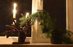 Un chandelier avec des bougies et une brindille de fête d'un arbre de Noël Photo stock