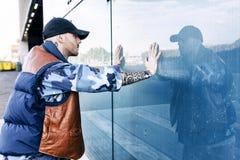 Un chanteur de coup sec et dur est reflété dans un miroir bleu Image libre de droits