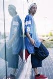Un chanteur de coup sec et dur est reflété dans un miroir bleu Images libres de droits
