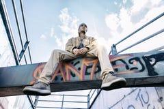 Un chanteur de coup sec et dur sur un faisceau concret dans un souterrain Photos libres de droits