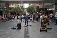 Un chanteur de rue a joué la musique au point central, CBD à Sydney dans f images stock
