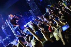 Un chanteur stretchning en avant au public tout en exécutant Photo libre de droits