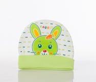 Un chapeau blanc et vert de bébé d'hiver Photographie stock libre de droits