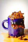 Un chapoteo del café en el azul de la taza Imagen de archivo libre de regalías