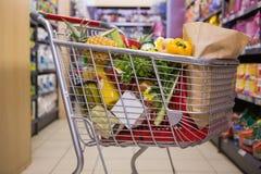 Un chariot avec la nourriture saine Photos stock