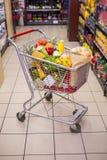 Un chariot avec la nourriture saine photos libres de droits