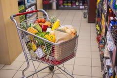 Un chariot avec la nourriture saine photographie stock