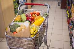 Un chariot avec la nourriture saine photo stock