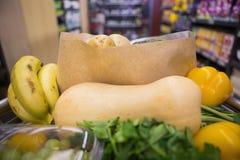 Un chariot avec la nourriture saine Images stock