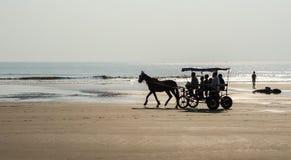 Un chariot avec un cheval sur la plage Photographie stock libre de droits