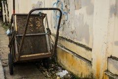 Un chariot d'abandon pour le parc de transport de déchets du côté la rue Jakarta rentré par photo Indonésie Photographie stock
