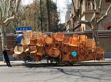 Un chariot des chaises de rotin Photographie stock libre de droits