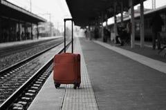 Un chariot oublié et abandonné dans une station, près des voies Photos stock
