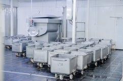 Un chariot pour le transport de la viande La capacité en acier de photographie stock