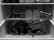 Un chariot vide à achats sur une étagère image libre de droits