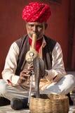 Un charmeur de serpent joue le flut pour le cobra Images libres de droits