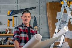 Un charpentier travaille Charpentier étudiant le projet de dessin Dans la perspective de l'atelier photo libre de droits