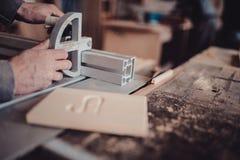 Un charpentier travaille au travail du bois la machine-outil Scie des détails de meubles avec une scie circulaire images stock