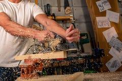 Un charpentier travaille au travail du bois la machine-outil Scie des détails de meubles avec une scie circulaire Processus de sc photos stock