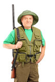 Un chasseur mûr tenant un fusil et regardant l'appareil-photo Image stock