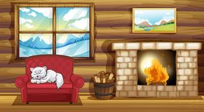 Un chat dormant au sofa près de la cheminée Photographie stock libre de droits