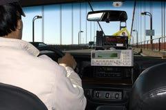 Un chauffeur de taxi pilotant à travers le pont en porte d'or, San Francisco, Etats-Unis Photo stock