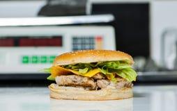 Un cheeseburger con il pollo Fotografia Stock
