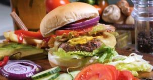Un cheeseburger delicioso con tocino y guacamole foto de archivo libre de regalías