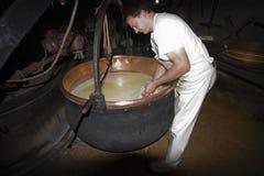 Un cheesemonger in una latteria antica, Franche-Comté, Francia Fotografia Stock Libera da Diritti