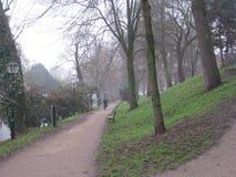 Un chemin à travers un parc avec un cycliste à Utrecht, Pays-Bas image stock