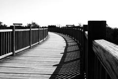Un chemin courbant en noir et blanc Image stock