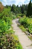 Un chemin d'enroulement dans le jardin Photo libre de droits