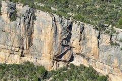 Un chemin d'escaliers encroûté dans une roche au-dessus d'une rivière Photo stock