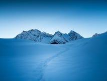 Un chemin dans la neige Photo stock
