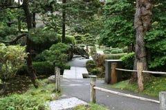 Un chemin dans les jardins de thé japonais Photos libres de droits
